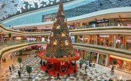 Νέα διακόσμηση έτους με ένα τεράστιο χριστουγεννιάτικο δέντρο στη λεωφόρο αγορών Vadistanbul, Κωνσταντινούπολη, Τουρκία στοκ εικόνα με δικαίωμα ελεύθερης χρήσης