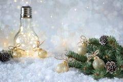 Νέα διακόσμηση έτους ` s Κλάδος χριστουγεννιάτικων δέντρων με τις σφαίρες στο υπόβαθρο χιονιού και το όμορφο φως λαμπτήρων Στοκ φωτογραφία με δικαίωμα ελεύθερης χρήσης