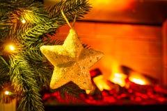 Νέα διακόσμηση έτους ` s Χριστουγεννιάτικο δέντρο και παιχνίδια σε το, κινηματογράφηση σε πρώτο πλάνο στοκ εικόνα