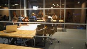 Νέα διαφορετική επιχειρησιακή ομάδα στην εργασία στο γραφείο Φωτεινή σύγχρονη μικρή δημιουργική επιχείρηση απόθεμα βίντεο
