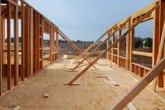 Νέα εγχώρια διαμόρφωση κατοικημένης κατασκευής ενάντια στο μπλε ουρανό Στοκ φωτογραφία με δικαίωμα ελεύθερης χρήσης