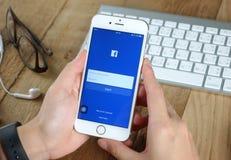 Νέα εικονίδια Facebook αφής γυναικών στο iPhone της Apple 6s Στοκ Εικόνες