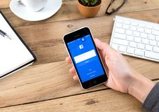 Νέα εικονίδια Facebook αφής γυναικών στο iPhone της Apple 6s Στοκ φωτογραφία με δικαίωμα ελεύθερης χρήσης