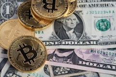 Νέα εικονικά χρήματα Bitcoin και τραπεζογραμμάτια ενός δολαρίου Ανταλλαγή bitcoin για ένα δολάριο στοκ εικόνες