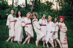 Νέα ειδωλολατρική σλαβική τελετή συμπεριφοράς κοριτσιών στο θερινό ηλιοστάσιο στοκ φωτογραφία