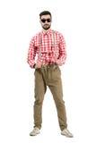 Νέα εκκεντρικά suspenders τεντώματος hipster που εξετάζουν τη κάμερα Στοκ Φωτογραφίες