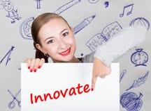 Νέα εκμετάλλευση γυναικών whiteboard με το γράψιμο της λέξης: καινοτομήστε Τεχνολογία, Διαδίκτυο, επιχείρηση και μάρκετινγκ Στοκ φωτογραφία με δικαίωμα ελεύθερης χρήσης
