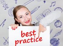 Νέα εκμετάλλευση γυναικών whiteboard με το γράψιμο της λέξης: καλύτερη πρακτική Τεχνολογία, Διαδίκτυο, επιχείρηση και μάρκετινγκ Στοκ εικόνες με δικαίωμα ελεύθερης χρήσης