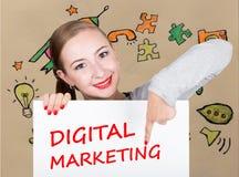 Νέα εκμετάλλευση γυναικών whiteboard με το γράψιμο της λέξης: ψηφιακό μάρκετινγκ Τεχνολογία, Διαδίκτυο, επιχείρηση και μάρκετινγκ Στοκ Εικόνες