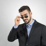 Νέα εκμετάλλευση τύπων και κοίταγμα πέρα από τα γυαλιά ηλίου Στοκ εικόνα με δικαίωμα ελεύθερης χρήσης