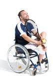 Νέα εκτός λειτουργίας συνεδρίαση τενιστών στην αναπηρική καρέκλα και χαμόγελο Στοκ Εικόνα