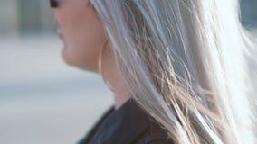 Νέα ελευθερία νεολαίας αέρα τρίχας ομορφιάς γυναικών φιλμ μικρού μήκους