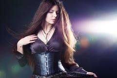 Νέα ελκυστική γυναίκα με μακρυμάλλη όπως μια μάγισσα Brunette Femme, μυστικό ύφος φαντασίας στοκ εικόνες