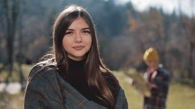 Νέα ελκυστική γυναίκα πορτρέτου που εξετάζει τη κάμερα στα βουνά Τουρίστας με έναν χάρτη στο υπόβαθρο απόθεμα βίντεο