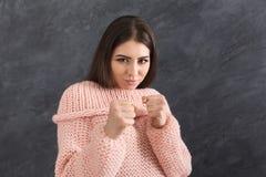 Νέα ελκυστική γυναίκα που παρουσιάζει χειρονομία διατρήσεων Στοκ Εικόνες