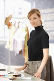 Νέα ελκυστική θηλυκή εργασία σχεδιαστών μόδας στοκ εικόνες με δικαίωμα ελεύθερης χρήσης