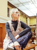 Νέα ελκυστική κυρία μόδας στην αναμονή σιδηροδρομικών σταθμών, εκλεκτής ποιότητας έννοια ανθρώπων στο κλασικό εσωτερικό Στοκ Εικόνα