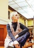 Νέα ελκυστική κυρία μόδας στην αναμονή σιδηροδρομικών σταθμών, vintag Στοκ εικόνες με δικαίωμα ελεύθερης χρήσης