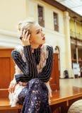 Νέα ελκυστική κυρία μόδας στην αναμονή σιδηροδρομικών σταθμών, vintag Στοκ Εικόνες