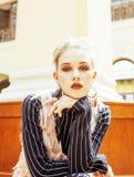Νέα ελκυστική κυρία μόδας στην αναμονή σιδηροδρομικών σταθμών, vintag Στοκ Φωτογραφίες