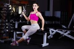 Νέα ελκυστική μυϊκή γυναίκα ικανότητας που κάνει την άσκηση με άλαλο Στοκ Φωτογραφίες