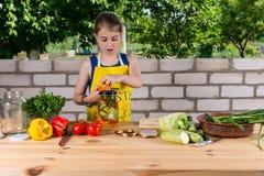 Νέα εμφιαλώνοντας λαχανικά κοριτσιών χωρών Στοκ Εικόνες