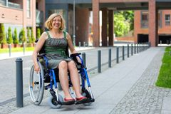 Νέα ενήλικη γυναίκα στην αναπηρική καρέκλα στην οδό Στοκ Εικόνα