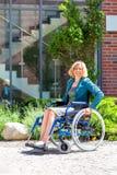 Νέα ενήλικη γυναίκα στην αναπηρική καρέκλα στην οδό Στοκ εικόνα με δικαίωμα ελεύθερης χρήσης