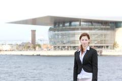 Νέα ενήλικη επιχειρησιακή γυναίκα που στέκεται στη λιμενική περιοχή Στοκ φωτογραφία με δικαίωμα ελεύθερης χρήσης