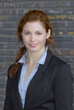Νέα ενήλικη επιχειρησιακή γυναίκα στο μαύρο κοστούμι Στοκ Φωτογραφία