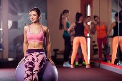 Νέα ενήλικη φίλαθλη τοποθέτηση γυναικών στο fitball Στοκ εικόνα με δικαίωμα ελεύθερης χρήσης