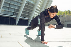 Νέα ενεργός άσκηση γυναικών workout στην οδό υπαίθρια Στοκ Φωτογραφία