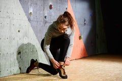Νέα ενεργός γυναίκα που προετοιμάζεται για Bouldering στον τεχνητό βράχο στην αναρρίχηση της γυμναστικής Ακραίος αθλητισμός και ε στοκ εικόνες με δικαίωμα ελεύθερης χρήσης