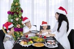 Νέα εξυπηρετώντας γεύματα γυναικών για την οικογένειά της στοκ φωτογραφίες
