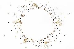 Νέα εορταστική σύνθεση έτους Κύκλος φιαγμένος από μαύρες, ασημένιες και χρυσές αστέρια και κορδέλλες κομφετί κενά γυαλιά διακοσμή στοκ φωτογραφία με δικαίωμα ελεύθερης χρήσης