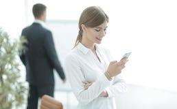Νέα επαγγελματική ανάγνωση SMS στο smartphone, στοκ εικόνες με δικαίωμα ελεύθερης χρήσης