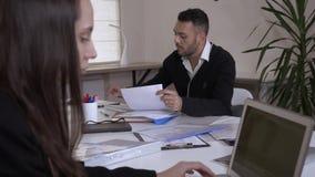 Νέα επαγγελματική επιχειρησιακή ομάδα στην εργασία απόθεμα βίντεο