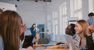 Νέα επαγγελματική θετική μαύρη γυναίκα επιχειρησιακών συμβούλων που δίνει τις οδηγίες στους συνεργάτες στο σύγχρονο καθιερώνον τη φιλμ μικρού μήκους