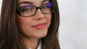 Νέα επαγγελματική γυναίκα που φορά τα γυαλιά closeup φιλμ μικρού μήκους