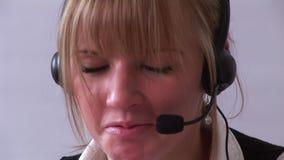 Νέα επαγγελματική επιχειρηματίας στο τηλέφωνο απόθεμα βίντεο