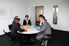 Νέα επαγγελματική ομάδα σε μια επιχειρησιακή συνεδρίαση Στοκ Φωτογραφία