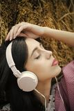 Νέα επιλογή της μουσικής Μουσική ακούσματος κοριτσιών με τις ιδιαίτερες προσοχές Στοκ εικόνες με δικαίωμα ελεύθερης χρήσης