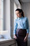 Νέα επιτυχής ευτυχής χαμογελώντας επιχειρησιακή γυναίκα στο lap-top στοκ εικόνα με δικαίωμα ελεύθερης χρήσης