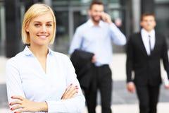 Νέα επιχειρηματίας έξω από το σύγχρονο κτήριο Στοκ Εικόνα