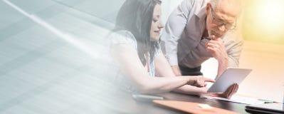 Νέα επιχειρηματίας και ανώτερος επιχειρηματίας που εργάζονται μαζί, ελαφριά επίδραση  πολλαπλάσια έκθεση στοκ εικόνες