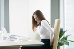 Νέα επιχειρηματίας με ένα backpain Στοκ εικόνα με δικαίωμα ελεύθερης χρήσης