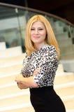 Νέα επιχειρηματίας με τα διπλωμένα όπλα Στοκ Εικόνες