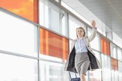 Νέα επιχειρηματίας με τις αποσκευές που τρέχουν στο σταθμό σιδηροδρόμου Στοκ εικόνες με δικαίωμα ελεύθερης χρήσης