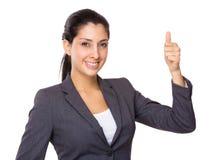Νέα επιχειρηματίας με τον αντίχειρα επάνω στη χειρονομία Στοκ Φωτογραφίες