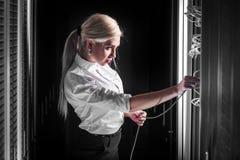 Νέα επιχειρηματίας μηχανικών στο δωμάτιο κεντρικών υπολογιστών Στοκ Φωτογραφίες